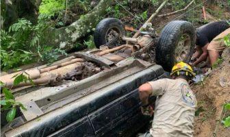 Muere un hombre en volcadura en barranco camino a Vallarta