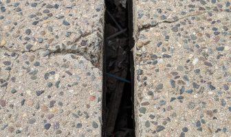 Sigue creciendo la grieta en el puente peatonal del Cuale